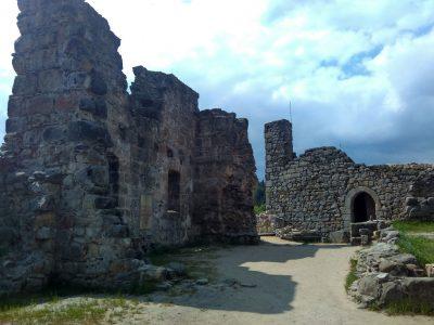 Мистические руины древнего замка и монастыря Ойбин