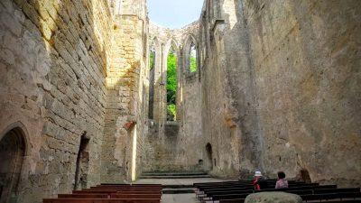 Mystische Ruinen einer alten Burg- und Klosteranlage